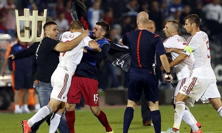 بالفيديو.. حكم يشهر 12 بطاقة حمراء في مباراة واحدة