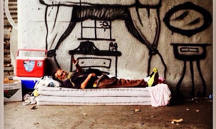 بالصور .. فنان يرسم للمشردين ليشعرهم أن لهم بيوتا