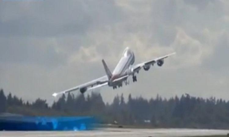 بالفيديو .. طائرة تلوح بجناحيها مودعة المطار