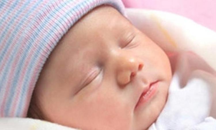 بالفيديو .. طفل يولد مكتوب على فمه لفظ الجلالة وعلى جسده آيات من القرآن