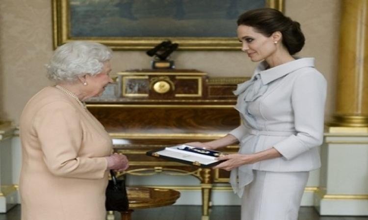 الملكة إليزابيث تُكريم انجيلينا جولى