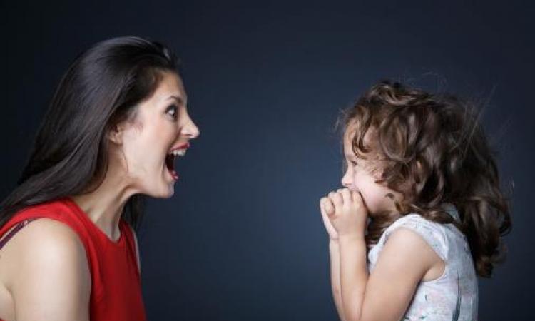 كيف تؤثر حالتك النفسيه على عواطف أطفالك؟