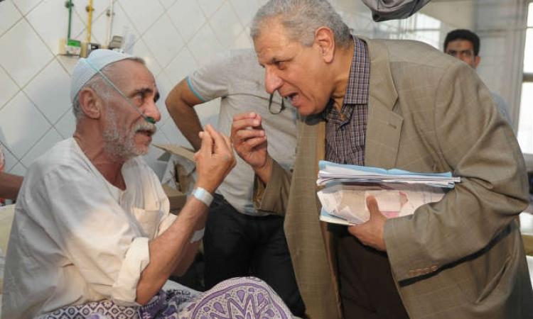 بالصور .. محلب يزور مستشفى سيد جلال و أحد المواطنين يُقبّل رأسه