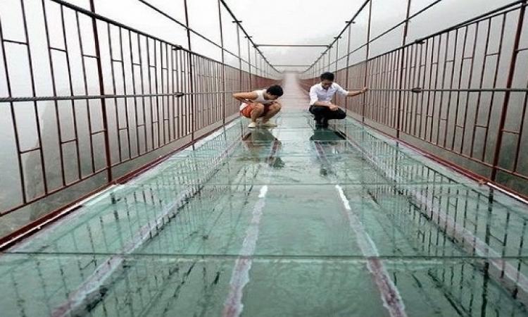 بالصور .. شاهد الجسر الزجاجى المعلق فى الصين!!