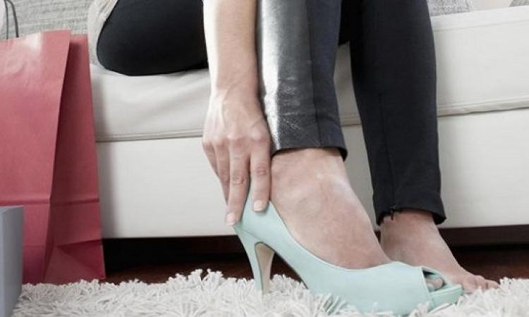 أطباء فرنسيون يحذرون الشابات من ارتداء الأحذية الضيقة