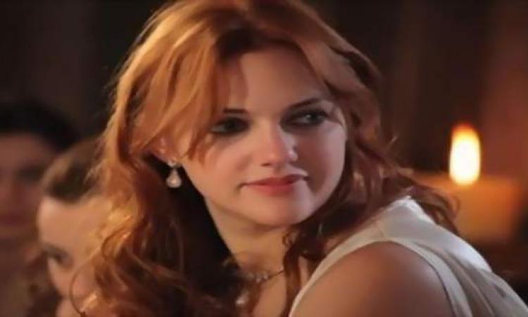 النجمة التركية مريام أوزلى تنتظر حبيبها فى لحظة رومانسية