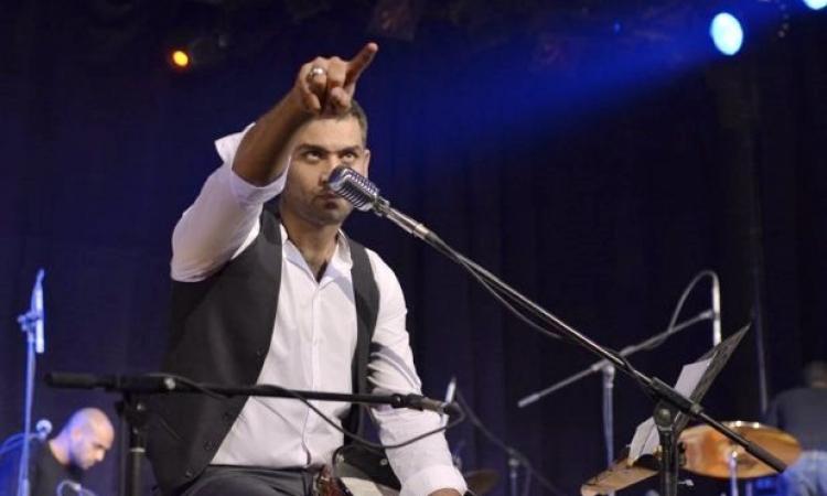 بالفيديو.. هانى عادل يغنى «صفصافة» لمحمد منير