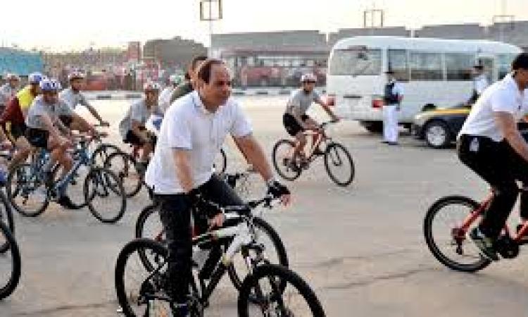 بالفيديو.. الرئيس السيسي يتجول بدراجة في المعمورة بالإسكندرية