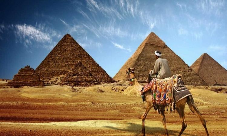 مصر تسترجع نشاطها السياحى ..والمدن تستقبل السياح بالاغانى