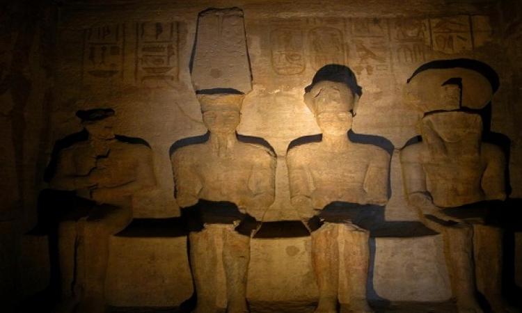 """بالصور .. تعامد الشمس على وجه """"رمسيس"""" بمعبده فى أبو سمبل"""