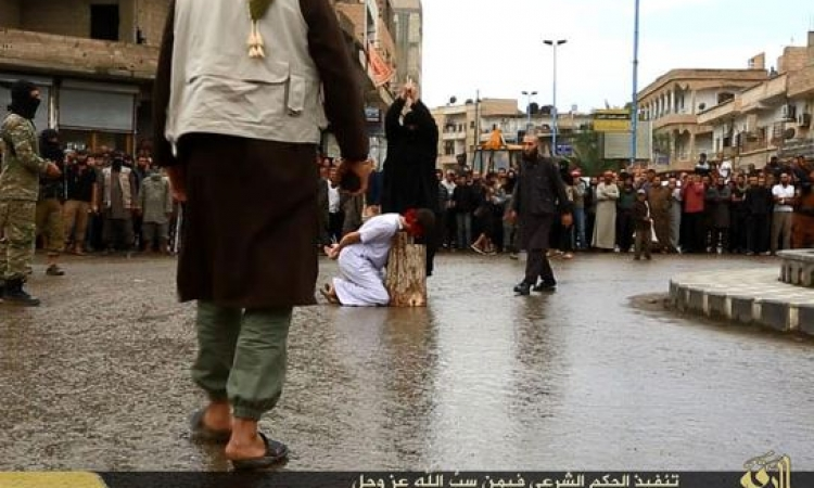 """بالصور .. داعش يقطع رؤوس سوريين بمحافظة الرقة بعد اتهامهم بـ""""سب الدين"""""""