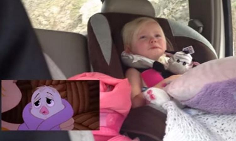 بالفيديو .. طفلة عاطفية عمرها عامين تتفاعل وتبكى من فيلم كارتون !!