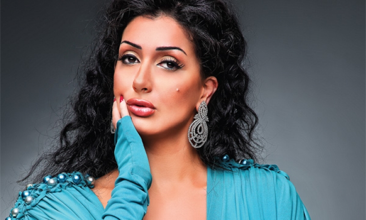 بالصور .. غادة عبد الرازق تتألق بفستان ذهبى