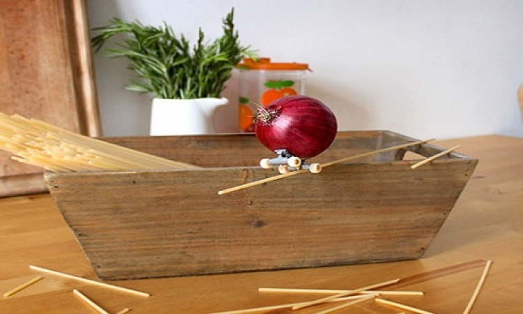 بالصور .. شاهد ما الذى تفعله الخضروات والفاكهة خلسة فى المطبخ ؟