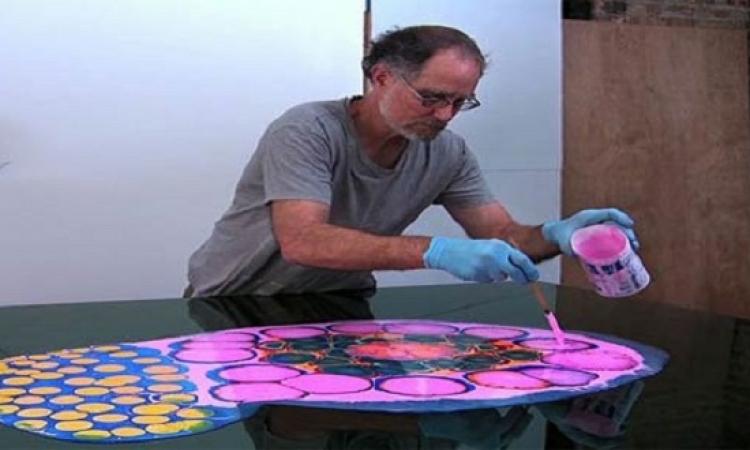 بالفيديو .. فنان يستخدم الصمغ لعمل لوحات فنية رائعة