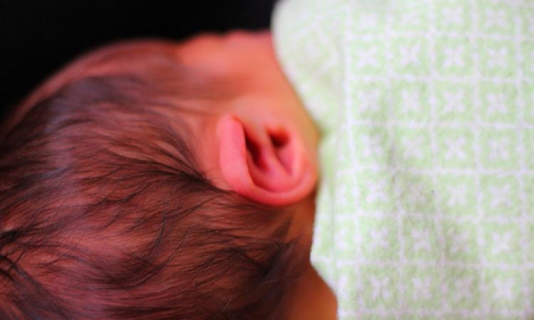 لا تنظفى الماده الشمعيه من أذن مولودك الصغير