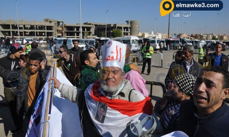 بالفيديو .. اعتراض اسر شهداء 25 يناير على حكم المحكمة في قضية القرن