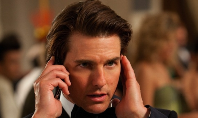 "بالصور.. توم كروز يصور ""Mission Impossible 5"" على سطح طائرة حربية"