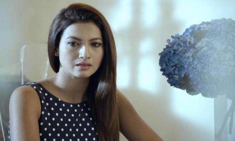 بالفيديو .. شاب يصفع الفنانة الهندية جوهر خان .. بسبب فستانها المثير !!