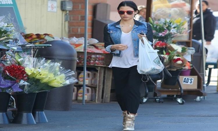 بالصور.. جينا ديوان تخطف الأنظار ببنطلون ممزق فى شوارع لوس أنجلوس