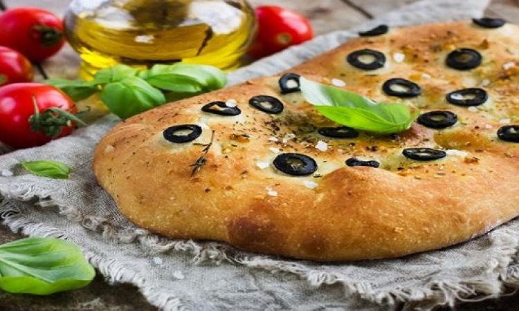 طبق اليوم .. خبز الزيتون والجبنة