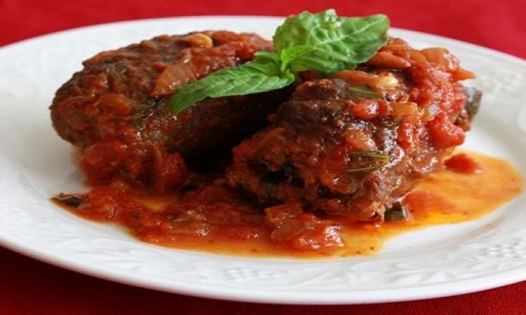 طبق اليوم .. لفائف اللحم بصوص الطماطم