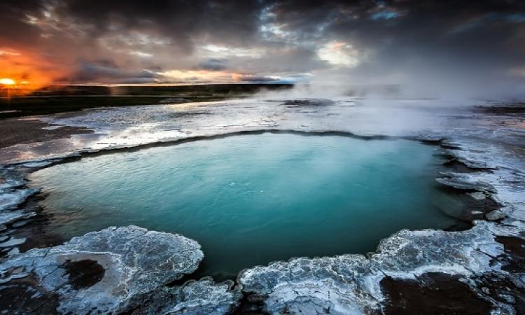استمتع بسحر وجمال ينابيع المياه الساخنة فى ايسلندا الباردة