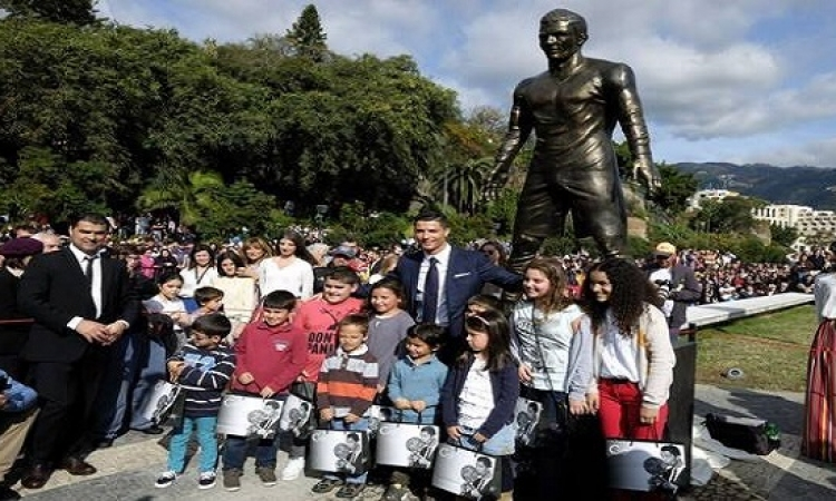 بالصور .. كريستيانو رونالدو يدشن تمثالا له بمسقط رأسه