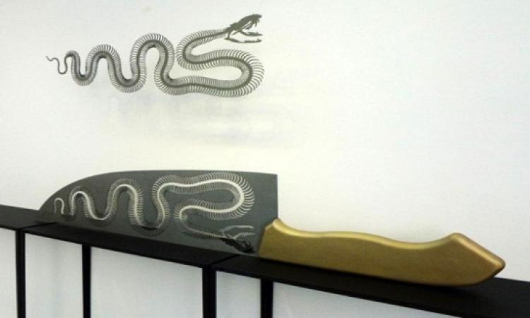 فنانة تحول السكاكين إلى منحوتات فنية
