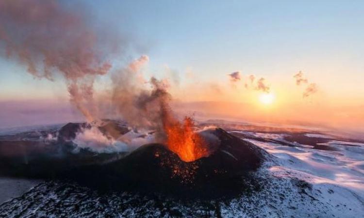 ثورة بركان بجزيرة جاوة الإندونيسية تعطل رحلات الطيران