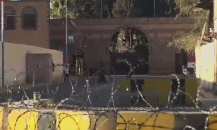 الحوثيون يسيطرون على معسكرات الجيش .. والرئيس اليمنى تحت الحصار