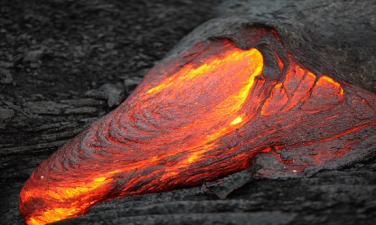 حمم بركانية تندفع من جبل سوبوتان بإندونيسيا
