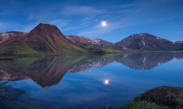 اندماج سحر الطبيعة مع روقان الليل .. روعة الجبال فى المساء