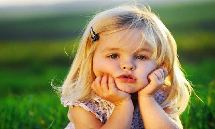طفل بس دنجوان من يومه.. بيعاكس البنات وبياخد أرقامهم بطريقة مرحة