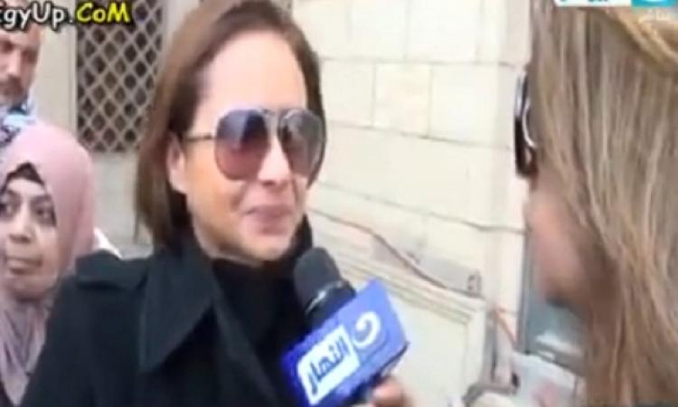 بالفيديو .. انهيار نيللى كريم فى تشييع جثمان فاتن حمامة : كانت واخدة حتة من قلبى !!