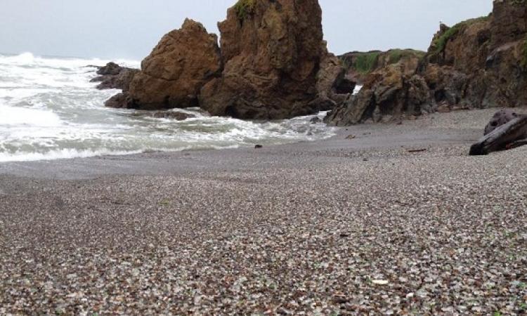 """بالصور.. صخور كأنها """"جيلى كولا """" فى شاطئ بكاليفورنيا"""