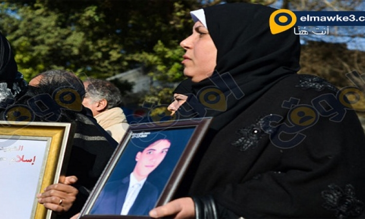 بالصور .. أهالى ضحايا مذبحة بورسعيد أمام النادى الأهلى