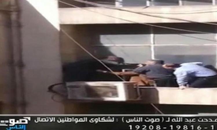 بالفيديو .. فرد أمن يحاول الانتحار من الدور العاشر لمبنى ماسبيرو