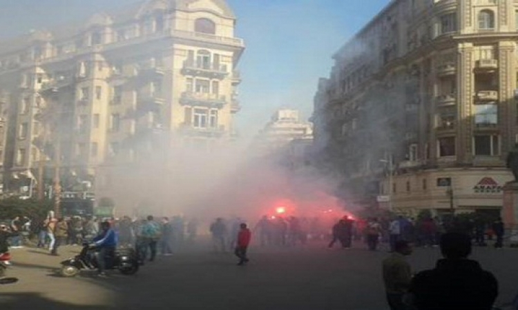 العشرات يتظاهرون والقبض على 13 بميدان طلعت حرب