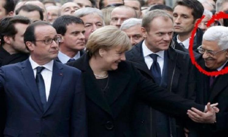 """بالصور.. محاولات  """"أبومازن"""" لمصافحة ميركل خلال المسيرة باريس"""