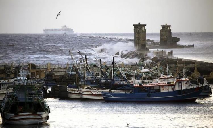 الصيادون المصريون الفارون من ليبيا يسلمون أنفسهم لقوات حرس الحدود بالبحيرة
