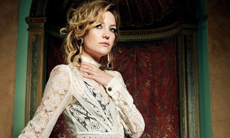 بالصور ..  كيت هادسون تتألق بفستان أحمر شفاف فى  عرض أزياء لـ Versace