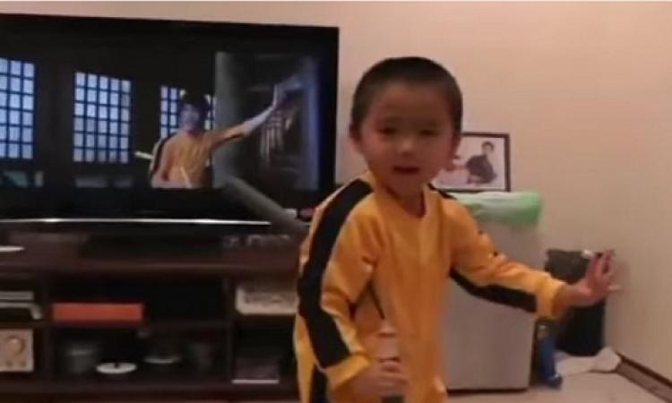 "بالفيديو.. طفل عمره 4 سنوات يقلد حركات ""بروس لى"""