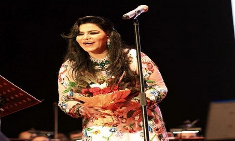 بالصور.. الفنانة أحلام تتألق بفستانها الخليجى على المسرح