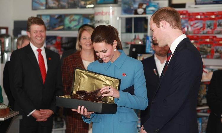 هدايا الأمير جورج ..لوح تزلج ونصب تذكارى ولا الجندى المجهول .. نسيوا إنه عنده 18 شهر