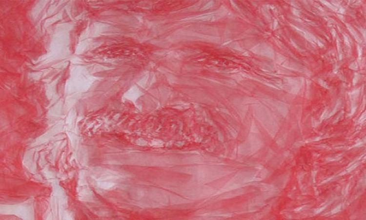 الابداع لا حدود له ..  فنان يرسم بالمكواة
