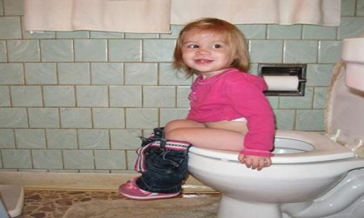 بالخطوات تعليم طفلك استخدام المرحاض
