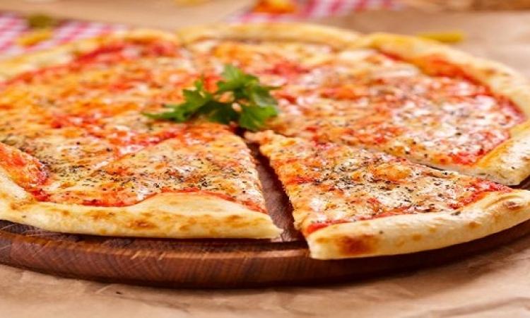 طبق اليوم .. بيتزا المارجريتا الشهية