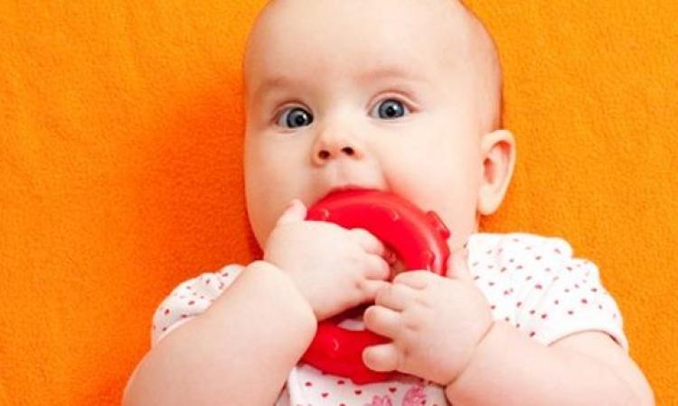 كيف تقلل آلام التسنين عند طفلك؟