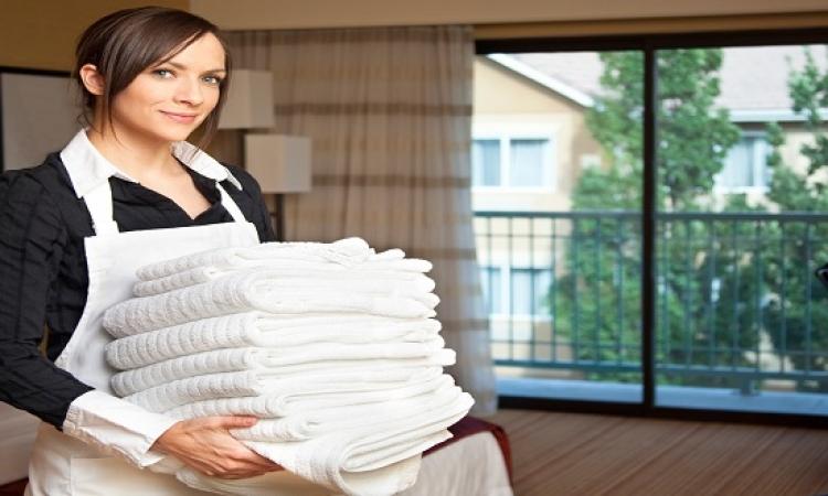 """خادمات """" عاريات """" لتنظيف المنزل بشرط .. ممنوع اللمس أو الإقتراب !!"""
